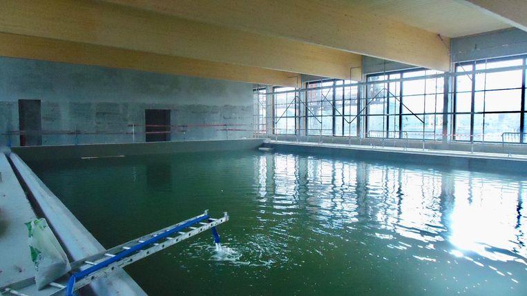 De aannemer liet het nieuwe zwembad voor het eerst vol lopen met water.