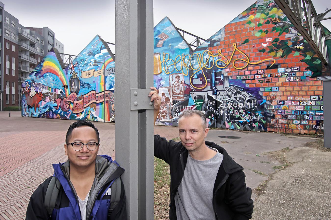 Dang Un (links) en Bart de Ruijter voor de sheddaken graffitimuur.