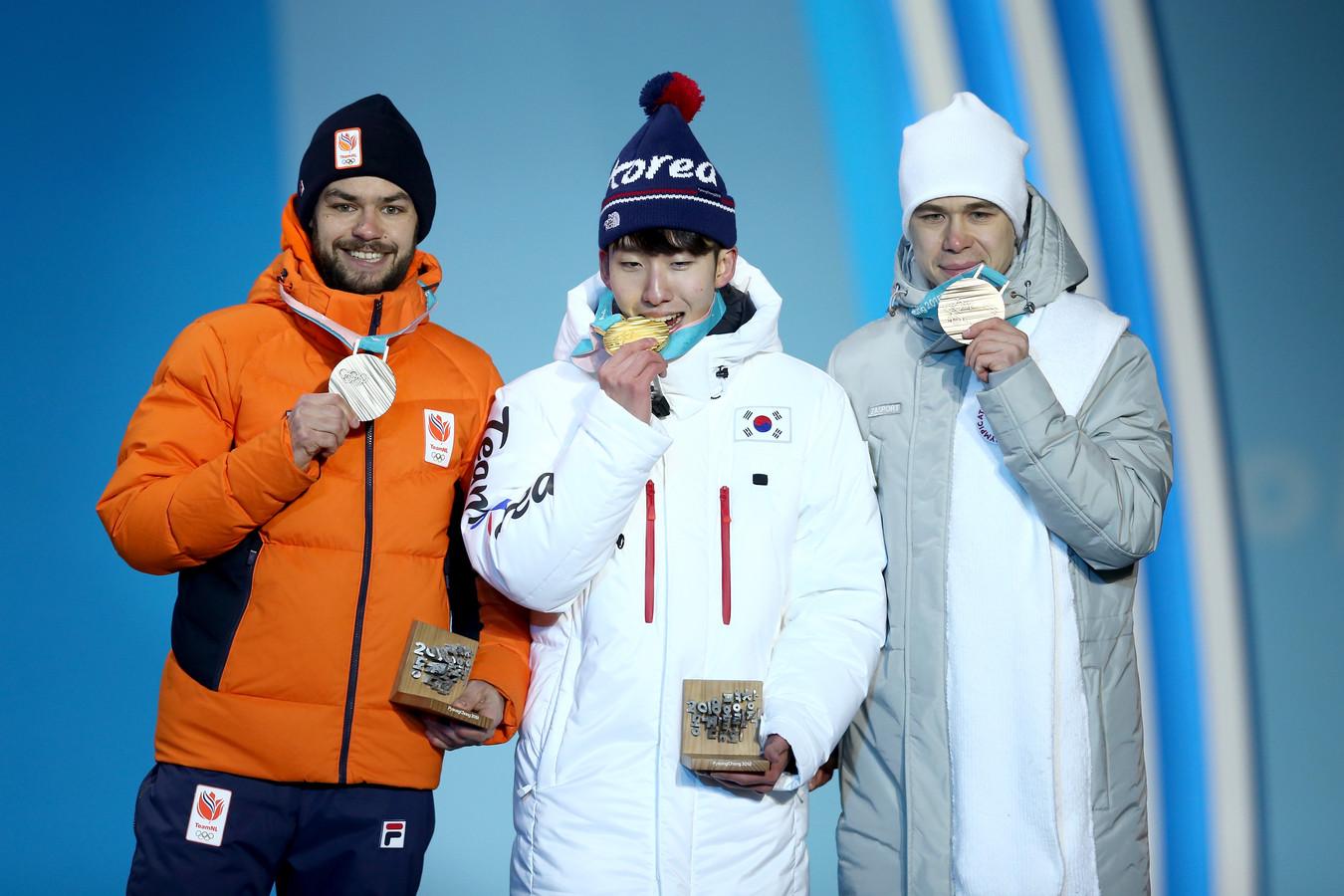 Hyo-jun Lim met olympisch goud in 2018. Links Sjinkie Knegt, rechts Semen Elistratov.