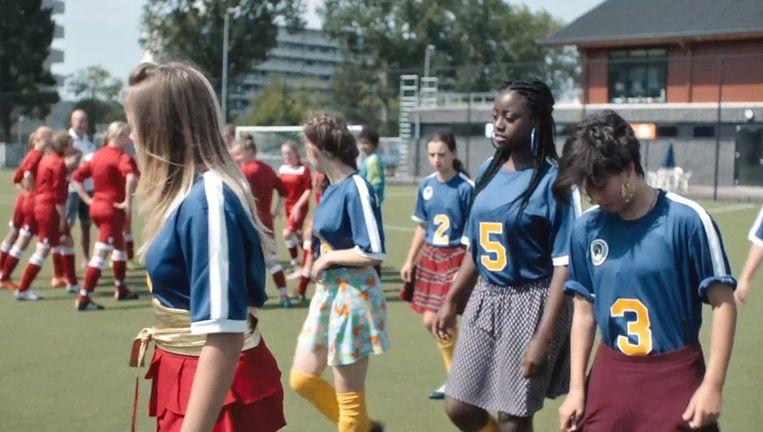Scène uit Voetbalmeisjes. Beeld
