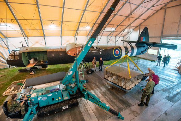 De replica van de Horsa Glider wordt geassembleerd voor de herdenking van 75 jaar Slag om Arnhem.