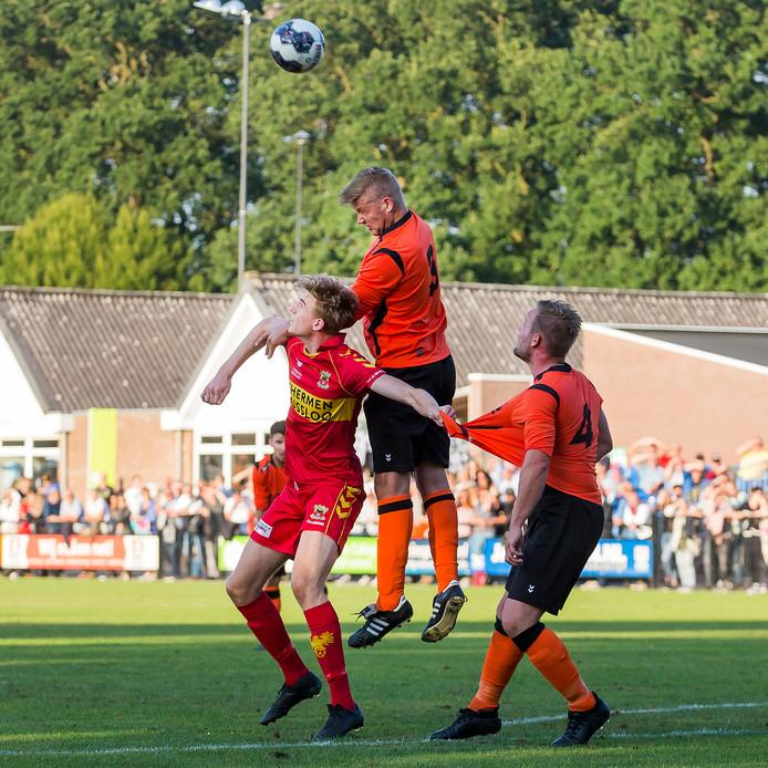GA Eagles-speler Maarten Pouwels (l) in duel met Voorwaarts-verdedigers Mathijs Straatman (m) en Niels Pereboom (r)