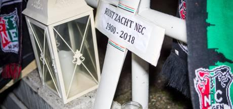 Zo'n 250 NEC-fans nemen met doodskist afscheid van 'overleden eerstedivisionist'