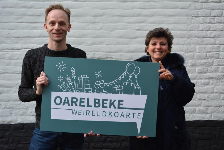 Wouter Depuydt, beleidsmedewerker economie en schepen van Economie Kathleen Duchi stellen de nieuwe betaal- en cadeaukaart 'Oarelbeke Weireldkoarte' voor.