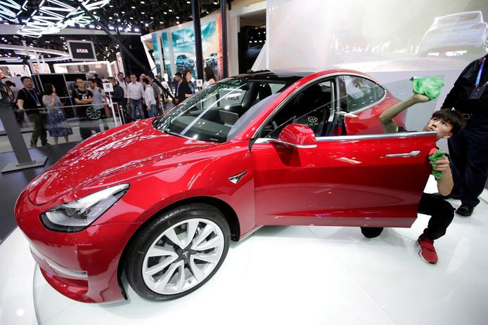 Tesla's Model 3 trekt bekijks op een autobeurs in China