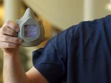 Un docteur utilise l'impression 3D pour fabriquer des masques