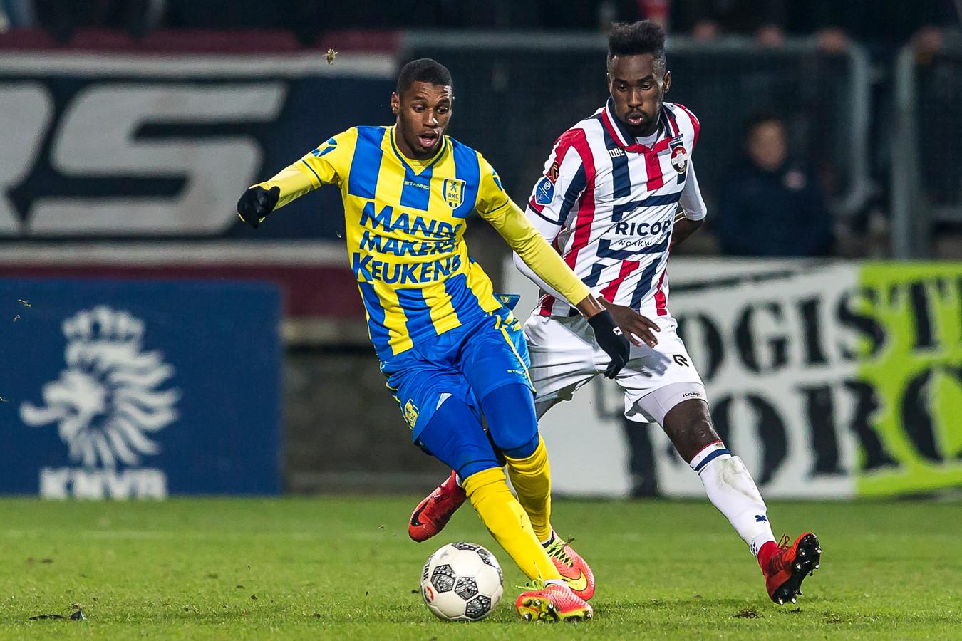 Said Bakari duelleert in het bekerduel met Willem II met verdediger Fernando Lewis van de Tilburgse club.
