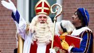 Sinterklaas trekt met koets door winkelcentrum