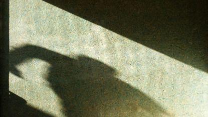 Levenslange gevangenisstraf voor man die tiener 's nachts achtervolgt en op straat brutaal verkracht terwijl ze met vriendje aan het bellen is
