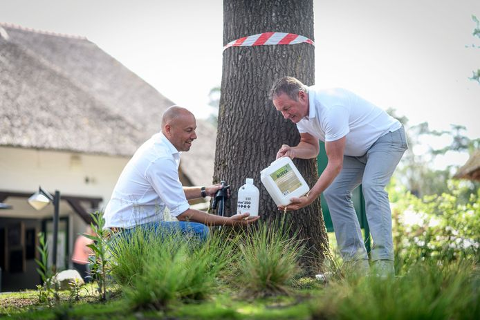 Rutger Cruiming (links), bedrijfsleider van Landal Twenhaarsveld, en Johan van der Sluis directeur van Centrics-Naturals met het natuurmiddel dat de eikenprocessierups uitroeit.