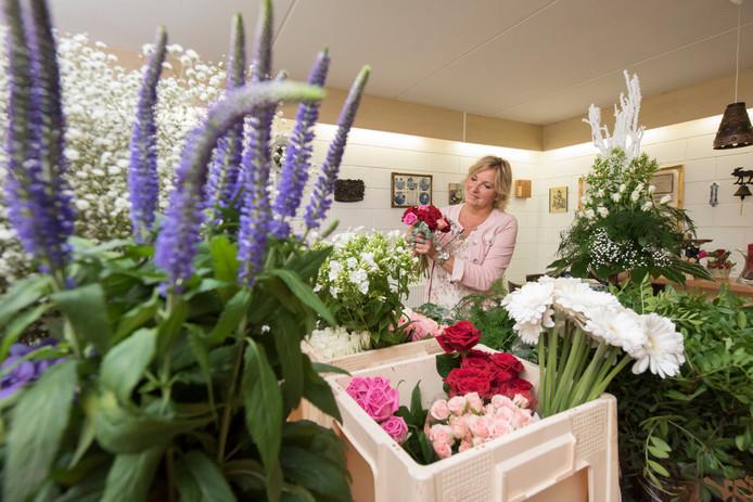 Irene Poll (54) gebruikt de kelder van haar ouders om de versierselen voor de mooiste dag van het bruidspaar klaar te maken.