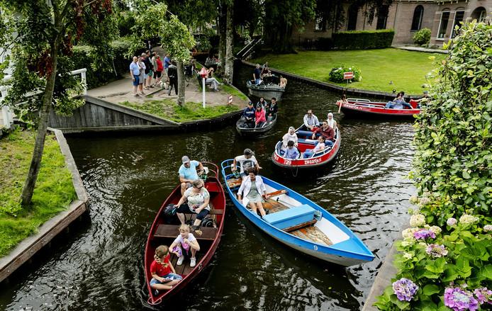 Zomerdrukte in Giethoorn, een populaire bestemming voor toeristen en dagjesmensen.