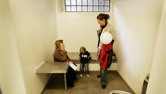 Publiek neemt een kijkje in een politiecel in Haarlem.