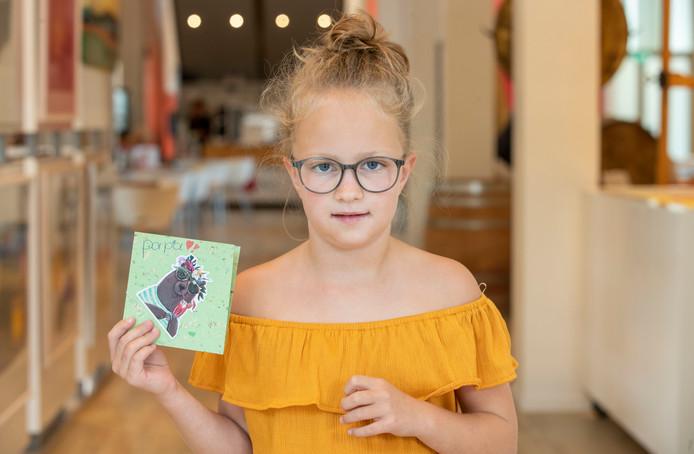Fiene Roelofsen met haar zelfgemaakte kaart.