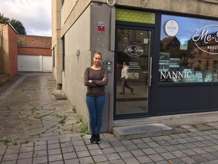 Eline Movaert van schoonheidssalon Me-Time is de parkeerproblemen beu. De inrit naar de achtergelegen parking wordt vaak geblokkeerd door geparkeerde wagens.
