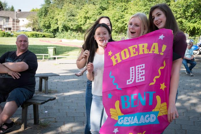 Leerlingen van het OBC in Huissen vieren (2017) het halen van hun diploma. Daar zitten in de toekomst geen leerlingen meer bij die een opleiding voor de metaalsector hebben gevolgd, want die opleiding wordt vanaf komend schooljaar in Huissen niet meer aangeboden.