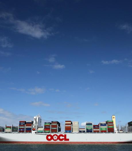 Containers hopen zich op in de haven