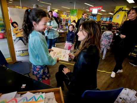 Jonge fans in de rij voor meisjesidool Jill