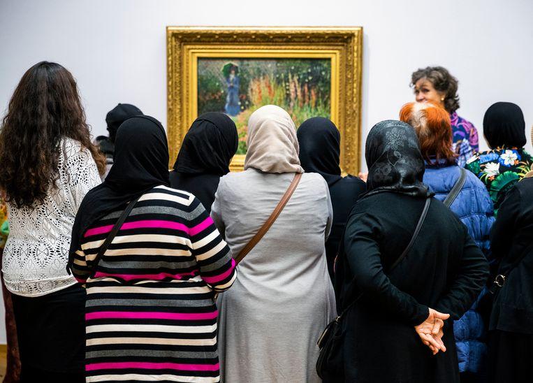 Rondleiding bij de expositie van Monet tijdens de Stadsdeelavond in het Kunstmuseum Den Haag. Beeld Jiri Büller