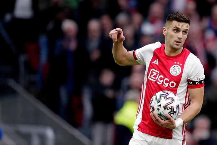Dusan Tadic juicht nadat hij Ajax op 1-0 heeft gezet tegen RKC.