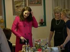 Zwangere Kate straalt tijdens werkbezoek aan vrijwilligers