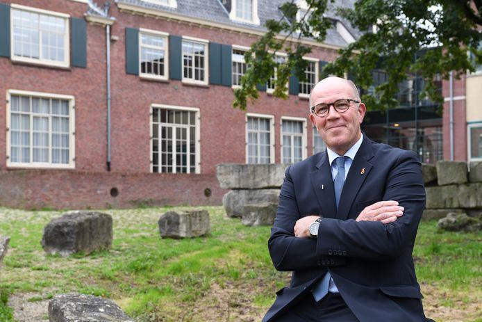 OOSTERHOUT Hij werkt 40 jaar bij de gemeente maar als bode was Lies van Mierlo de laatste 14 jaar het gezicht van Geertruidenberg. Binnen en buiten: als haven-, markt- en kermismeester.