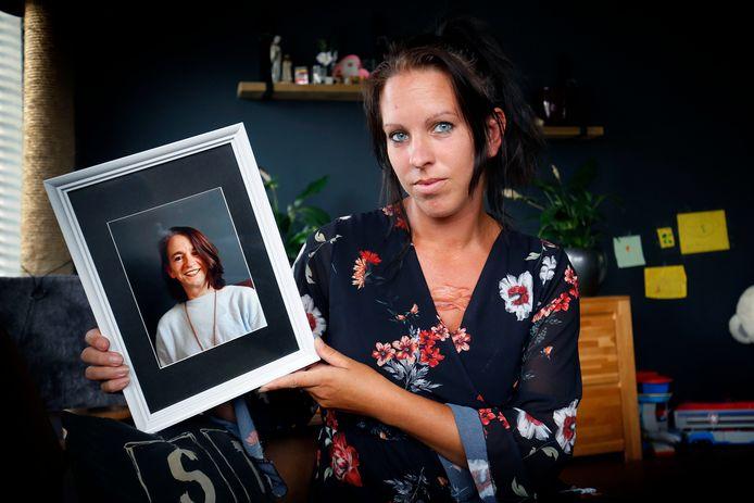 """Michelle Dolislager met een foto van haar overleden moeder Rian de Heus. ,,Ze heeft na de dood van mijn zus zó geprobeerd om het geluk in haar leven weer te vinden, maar dat lukte niet meer."""""""