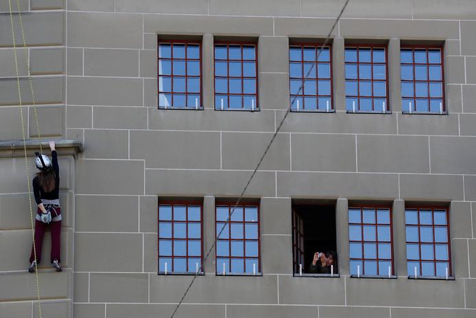De Zwitserse Susanne Jungo beklimt de 'Prison Tower' in Bern vanwege een actie voor 50% vrouwen in het Zwitserse parlement. Volgend jaar zijn er parlementsverkiezingen in Zwitserland. Foto  Stefan Wermuth