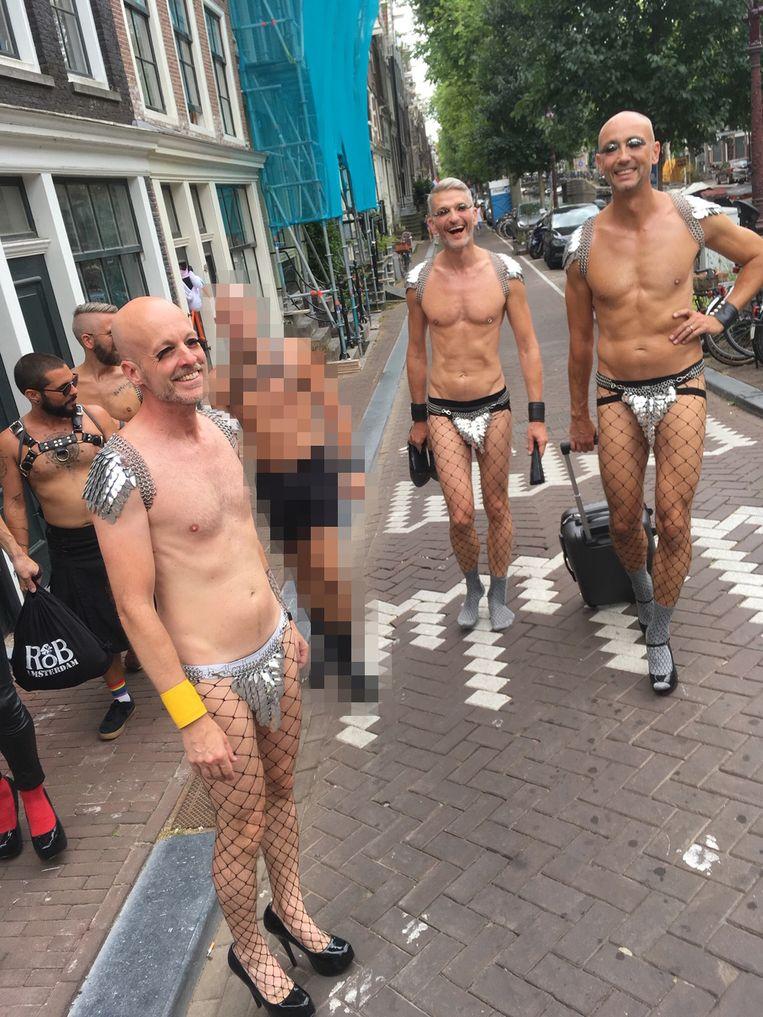 Dirk Groten (voor links) tijdens Pride, met vrienden. Beeld Adalberto Costessi