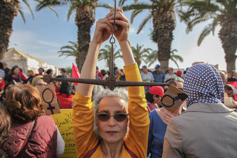 Actrice Sondos Belhassen houdt tijdens een betoging in Tunis in maart dit jaar een weegschaal omhoog voor gelijkheid tussen mannen vrouwen.