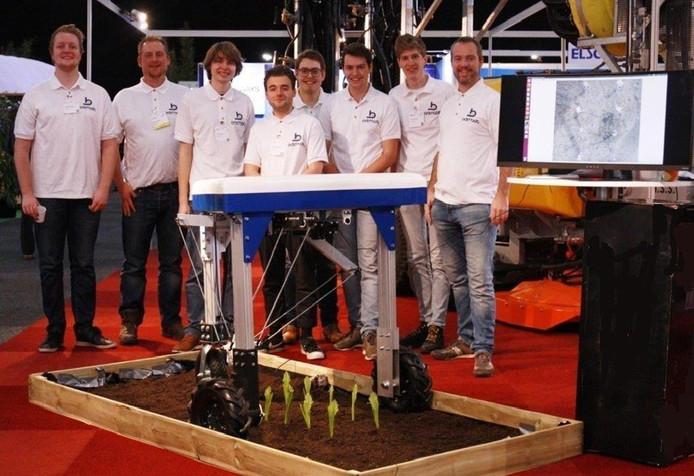 Het team van ontwikkelaars dat met Delftse hulp de 'weed whacker' realiseerde.