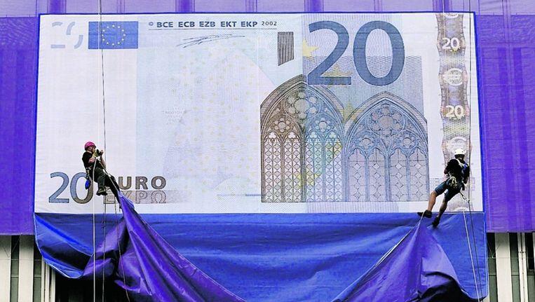 Augustus 2001: het ontwerp van de nieuwe eurobiljetten wordt getoond aan de buitenzijde van de Europese Centrale Bank in Frankfurt. © EPA Beeld
