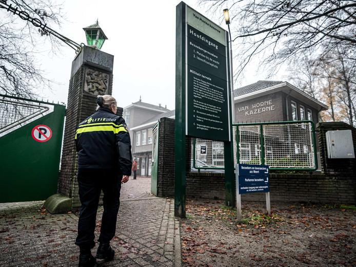 2019-12-04 13:02:41 WEERT - Politie bij het asielzoekerscentrum in de voormalige Van Horne Kazerne in Weert waar een dode man is aangetroffen. Vermoedelijk is het slachtoffer overleden na een vechtpartij.
