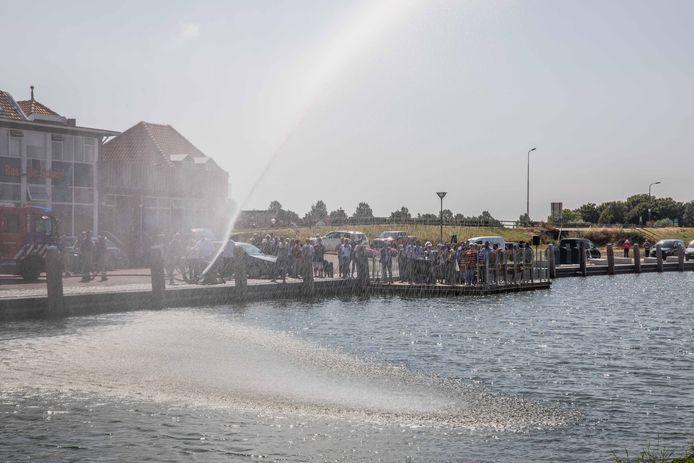 Met een brandweerspuit wordt de Oude Haven in Colijnsplaat 'vol' gespoten.