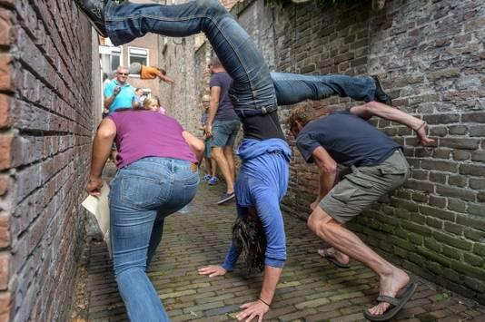 Arch8 wringt zich in bochten door straten en stegen tijdens Deventer op Stelten