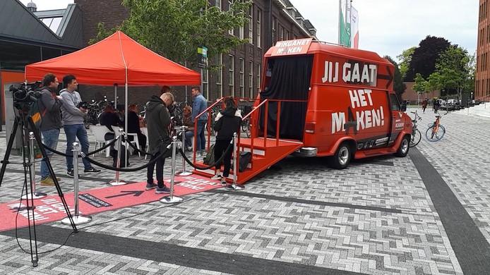 De bus van BNNVARA bij Saxion in Enschede.