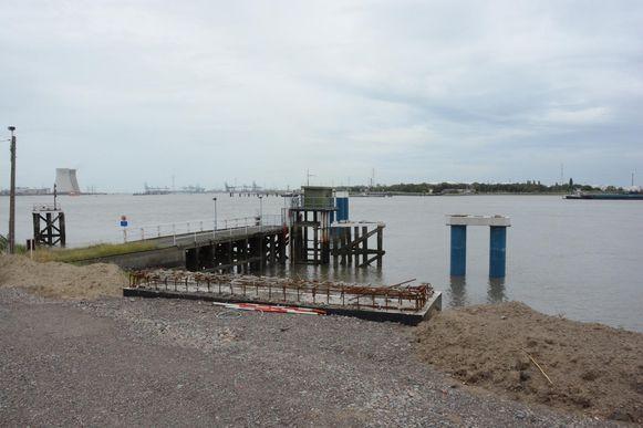 De nieuwe steiger voor de veerboot en Waterbus is volop in aanbouw.