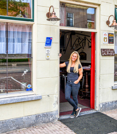 Belia (22) is de nieuwe uitbaatster van Café Voorwaarts in Nieuw-Vossemeer