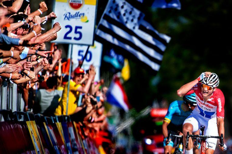 Het opeengepakte publiek aan de finish ziet dat Mathieu van der Poel wint vanuit een vrijwel hopeloze positie de Amstel Gold Race met een hele lange en verschroeiende eindsprint.  Beeld Klaas Jan van der Weij