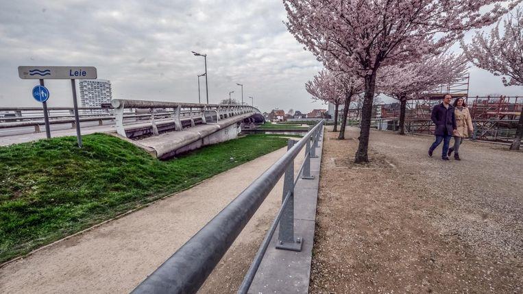 De wandelpaden aan de Groeningebrug. Daar wel enkele koppeltjes