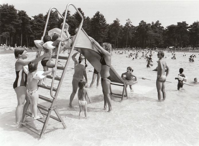 Drukte bij zwembad De Wedert in 1982.