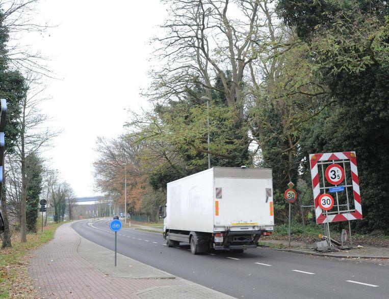 Alleen vrachtwagens van minder dan 3,5 ton mogen nog langs de Brusselsesteenweg. De maatregel is een doorn in het oog van de vele bedrijven in de industriezone.