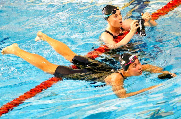 Femke Heemskerk en Ranomi Kromowidjojo na afloop van de 100 meter vrije slag tijdens de Swim Cup in Amsterdam in 2017. Beeld ANP