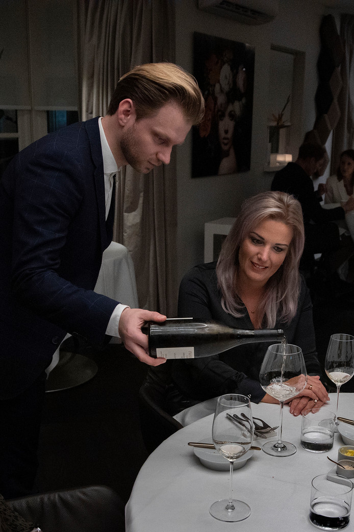 De Litouwse gastheer Edgaras Razminas van toprestaurant De Lindehof in Nuenen is maandag tijdens de Proefschrift Restaurant Award uitgeroepen tot sommelier van het jaar.