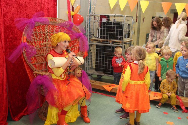 De kinderen overhandigden verschillende zelfgemaakte verjaardagsgeschenkjes aan Kaatje.