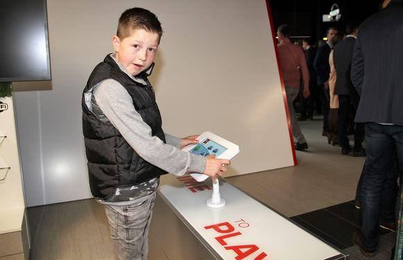 Zelfs de kinderen hebben hun eigen stek in de showroom waar ze videospelletjes kunnen spelen