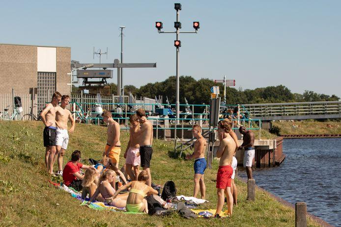 Jongeren uit Soest baden in de zon aan de oever van de Eem: 'Het is prima hier'.