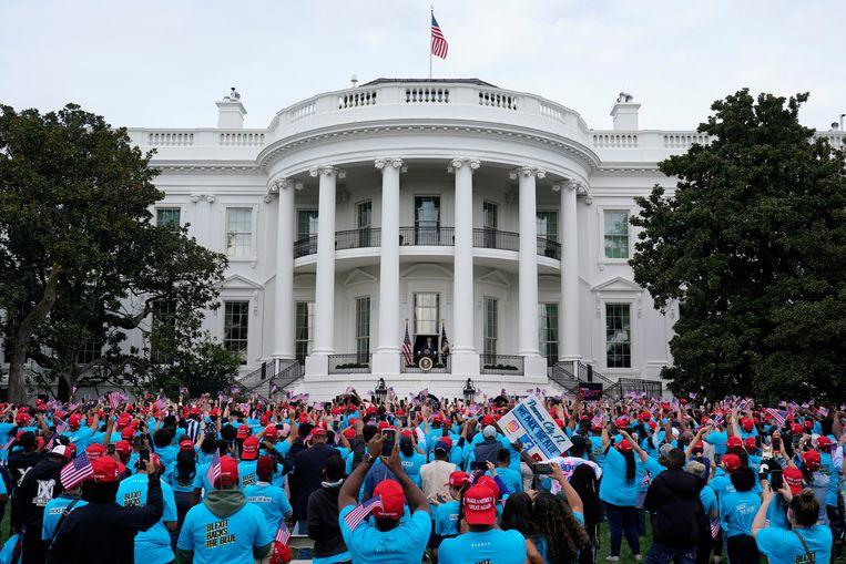 Precies twee weken geleden raakten veel mensen besmet op bijna exact dezelfde plek als de rally van zaterdag: de Rose Garden van het Witte Huis. Beeld AP