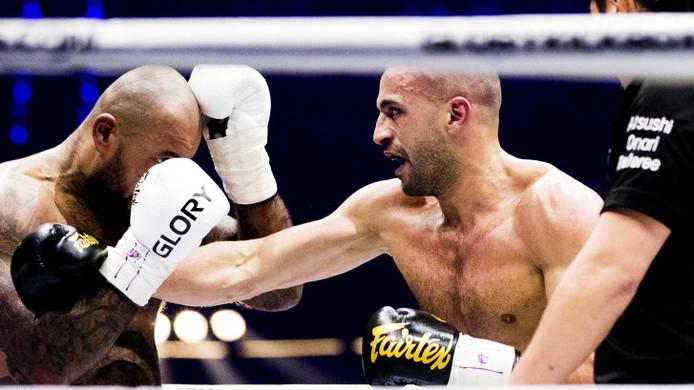 Badr Hari in duel met Hesdy Gerges. Na dat duel zouden beide vechtsporters positief getest op verboden middelen hebben.