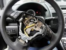 Dieven halen airbags en navigatie uit auto's in Ede
